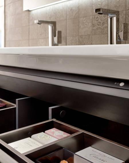 El mueble Stratum-N de Roca con luz interior y cajones que facilitan la organización