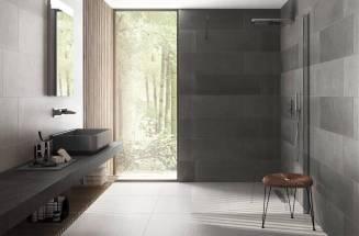 Baño con azulejos en tonos oscuros