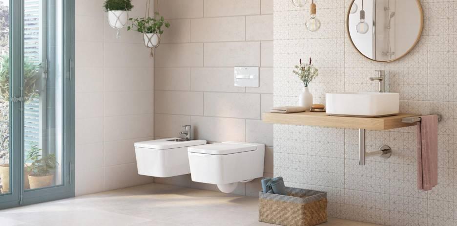 Baño decorado con azulejos y productos Roca