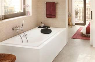 Un baño único con complementos y caños de bañera